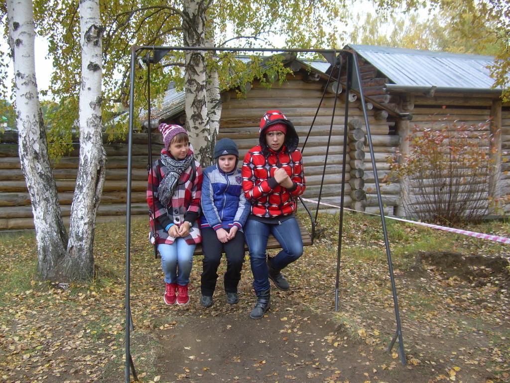 Трое на качелях г. Иркутск